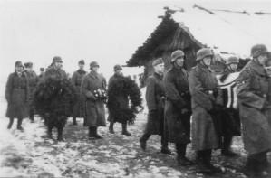 0335 Beisetzung Major Helmling am 07.12.1943 in Kononowka - Kranzträger Olt Scheidgen und Lt. Kraft_1