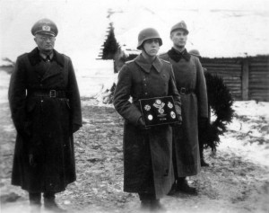 0340 Beisetzung Major Helmling am 07.12.1943 in Kononowka - links Gen Schlüter - rechts Maj Strohm_1