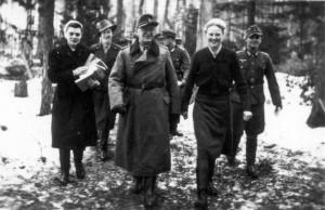 0361 DRK-Schwestern beim GR 480 Ostern 1944 mit Oberst Friker_1