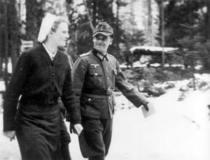 0362 DRK-Schwestern beim GR 480 Ostern 1944 - Schwester Ruth mit Olt Böhm_1