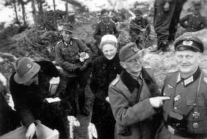 0363 DRK-Schwestern beim GR 480 Ostern 1944 - Oberst Friker und ein BtlKdr_1