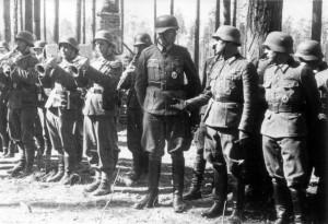 0384 am 20. April 1944 neben der Kapelle Hptm Beck (Chef 14. GR 480) - Olt Dannecker (Adj II. GR 480) - Lt Kraft (OrdOffz GR 480)_1